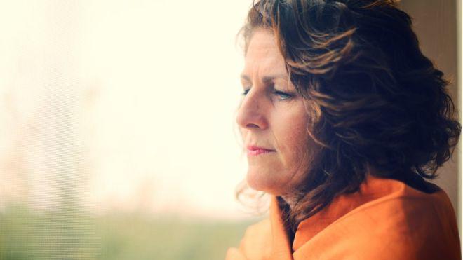 """El riesgo de desarrollar cáncer de mama por la terapia hormonal para la menopausia """"es mayor del que se pensaba y dura más tiempo"""""""